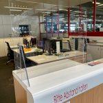 MODULUS breit im Praxiseinsatz auf einem Kundenschalter, 60 x 80 cm (H x B)